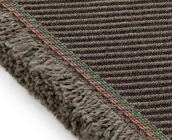 The contrasting tassel edge detail provides a refreshing look to this rug.