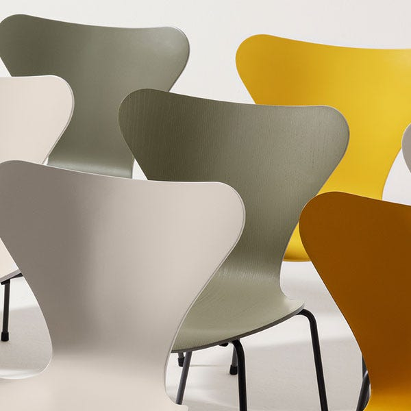 Seat comes in a range of colour lacquers.
